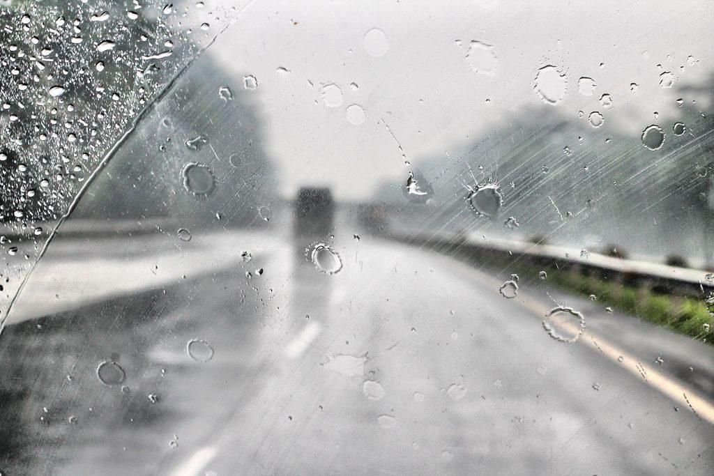 mờ kính, nhòe gương cản trở quan sát gây nguy hiểm khi lái xe ô tô